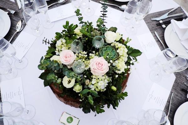 Hoa sứ, đèn dầu, gỗ, lá& được kết hợp khéo léotạo thành vườn hoa thu nhỏ xinh xắn trên bàn tiệc.