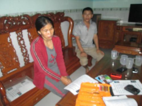 Bà Lan mẹ bé Cúc thờ thẫn bên đống sách vở học tập của con gái đã mất tích hơn 1 tháng nay