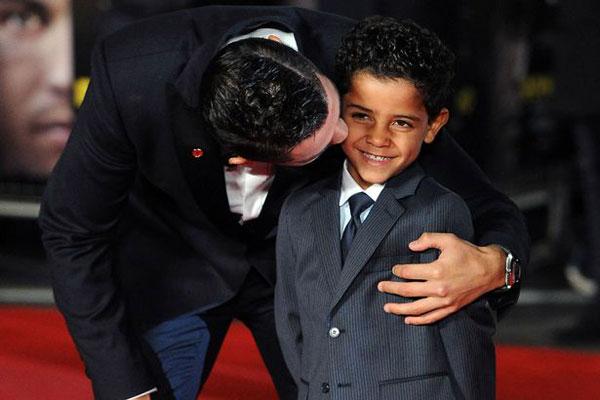 C. Ronaldo tự tin nuôi dạy con dù là ông bố đơn thân. Ảnh: Mirror.