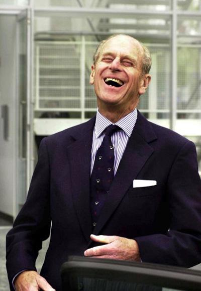 Năm 2012, khi đến dự Highland Games ở Scotland, Hoàng thân 91 tuổi Phillip cũng gặp sự cố khi quên kéo khóa quần và bị lộ bộ phận nhạy cảm trước ống kính máy ảnh do không mặc nội y