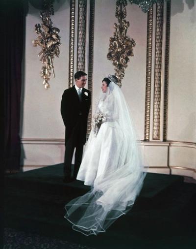 Công chúa Margaret và chồng Anthony Armstrong-Jones đều dính tin đồn không chung thủy với nhau trong suốt 18 năm chung sống. Cuộc hôn nhân của họ chính thức kết thúc vào năm 1978.  Trong số những người mà công chúa bị chinh phục có Roddy Llewellyn, một người làm vườn phong cách trẻ hơn bà 17 tuổi.