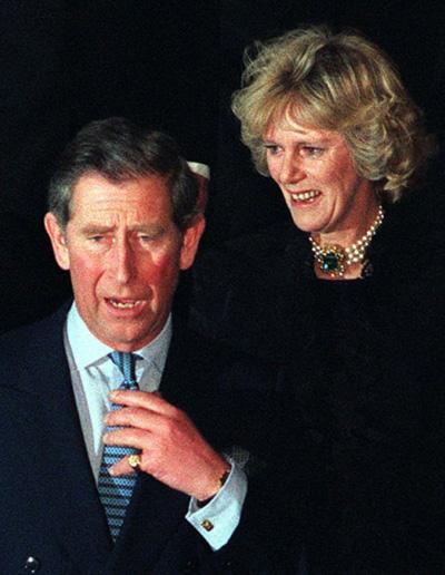 """Năm 1992, cuộc trò chuyện điện thoại của Thái tử Charles và người tình lâu năm Camilla Parker-Bowles bị rò rỉ và vụ việc đã gây chấn động lớn. Nội dung của cuộc đối thoại khiến nhiều người sửng sốt, Thái tử Charles đã ước mình """"có thể được đầu thai làm chiếc băng vệ sinh"""" của người tình."""