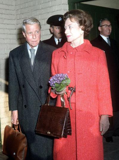 Một trong những scandal lớn nhất của Hoàng gia Anh trong thế kỷ 20 xảy ra năm 1936, khi vua Edward VIII quyết định thoái vị để kết hôn với người tình Wallis Simpson. Chuyện tình của họ gây ra một cuộc khủng hoảng trong hiến pháp nước Anh, bởi bà Simpson lúc này đã bỏ chồng, một điều cấm kị tại thời điểm này.