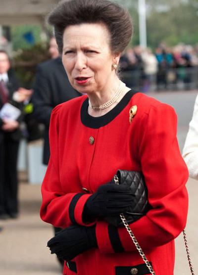 Đại úy Mark Phillips, người chồng đầu tiên của Công chúa Anne, con gái Nữ hoàng Elizabeth II, bị phát hiện có quan hệ bồ bịch với Heather Tonkin, giáo viên dạy nghệ thuật người New Zealand, vào những năm 1980. Năm 1991, kết quả xác định ADN cho thấy Phillips là bố của Felicity, con gái bà Tonkin. Cuộc hôn nhân của Công chúa Anne và vị đại úy kết thúc một năm sau đó.