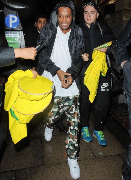 Trong khi đó, cựu sao Brazil Ronaldinho cũng tranh thủ tiệc tùng tại Anh