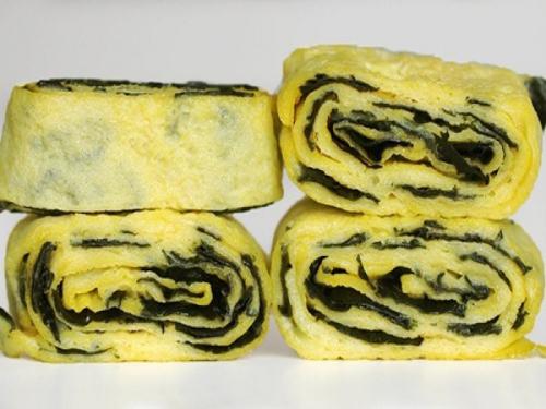 Món trứng cuộn mềm, thơm mùi thịt bò và vị ngọt từ hành tây cùng với rong biển mới lạ.