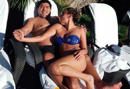Maradona và vợ sắp cưới trong kỳ nghỉ ở Marốc mới đây.