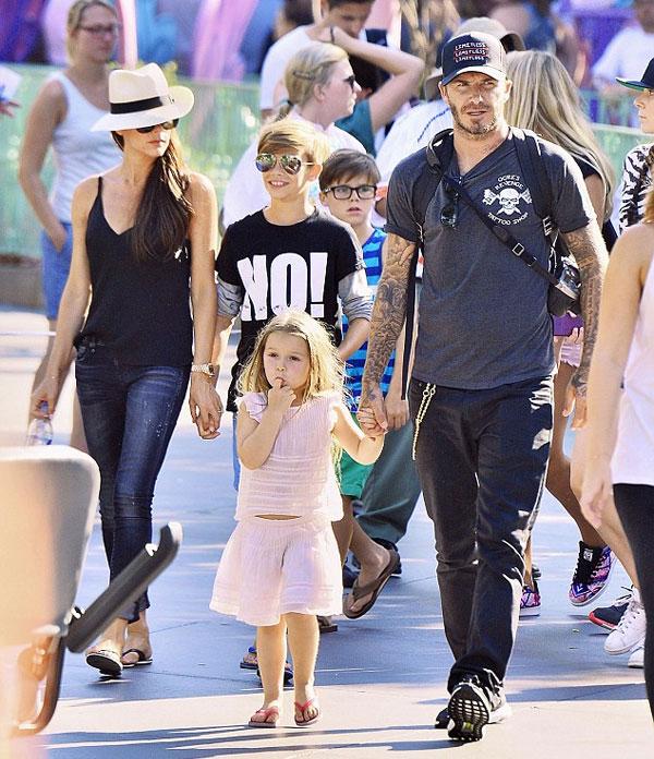 Cả nhà Becks đi chơi ở công viên Disneyland ở Los Angeles, Mỹ, hồi tháng 8. Ảnh: Splash.