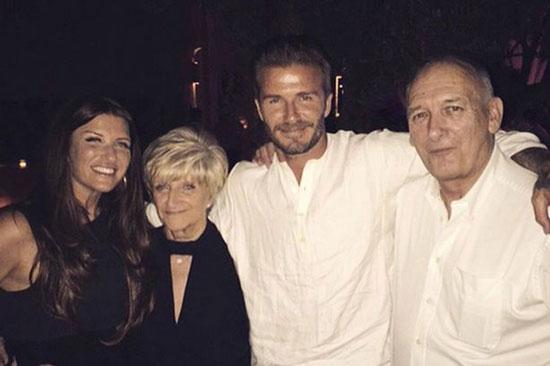 Becks bên bố mẹ và em gái trong ngày đón sinh nhật tuổi 40 tháng 5 vừa qua. Cựu danh thủ Anh còn có một người chị gái