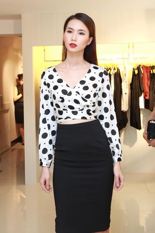 Trần Thanh Thuỷ gợi cảm cùng áo crop top và chân váy bút chì trên tông màu trắng đen.