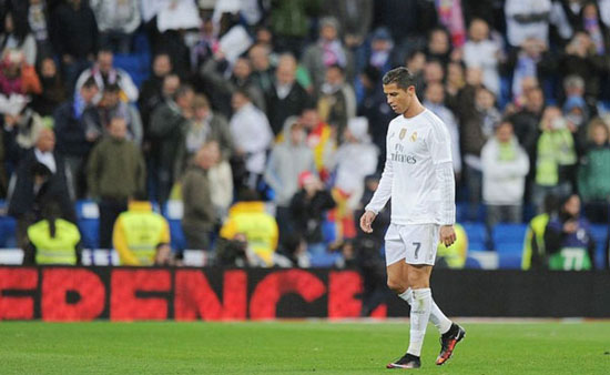 C. Ronaldo lặng lẽ, thất thểu đi trên sân sau thảm bại 0-4 trước Barca cuối tuần qua. Ảnh: AP.
