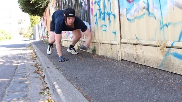 Shaun McCarthy bò bàng từ chi trên đường phố Melbourne. Ảnh: Oddity Central