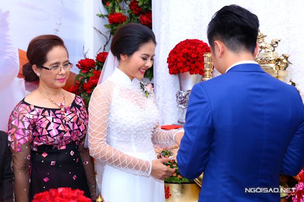 10 sao Việt mỗi người một vẻ với áo dài cưới màu trắng
