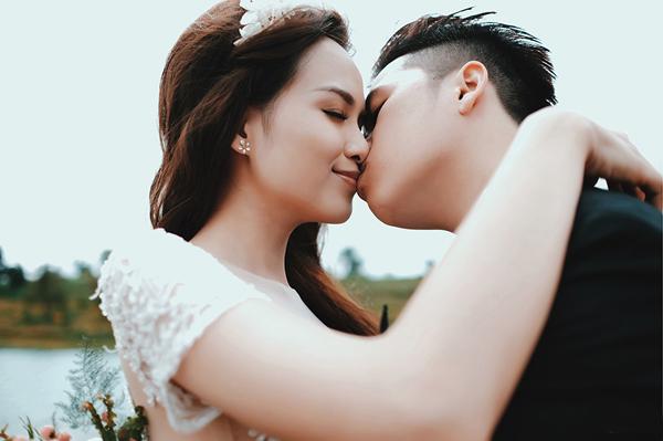 diem-huong-tham-thiet-hon-chong-trong-anh-cuoi-1