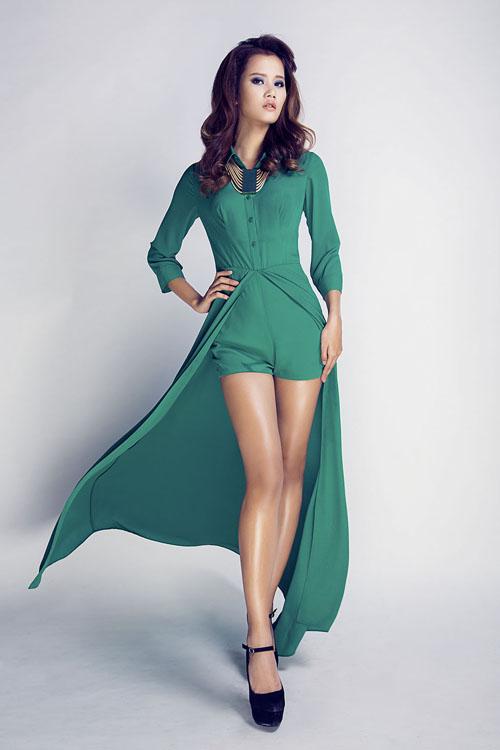 Hương Ly sexy với váy xẻ cao
