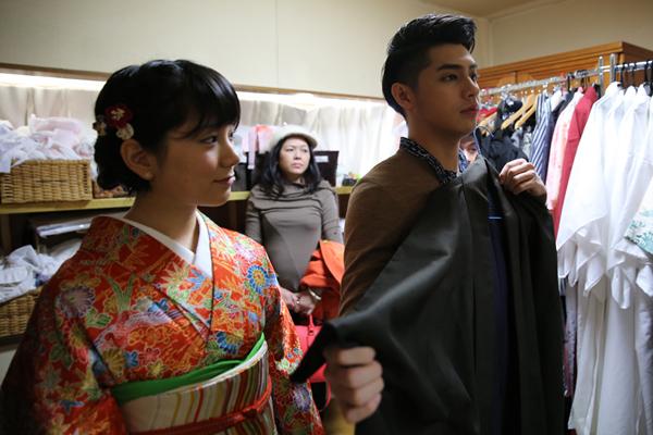 co-gai-nhat-giup-noo-phuoc-thinh-mac-ao-kimono