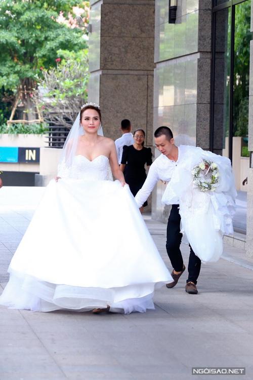 Diễm Hương diện 3 váy cưới sexy trong hôn lễ