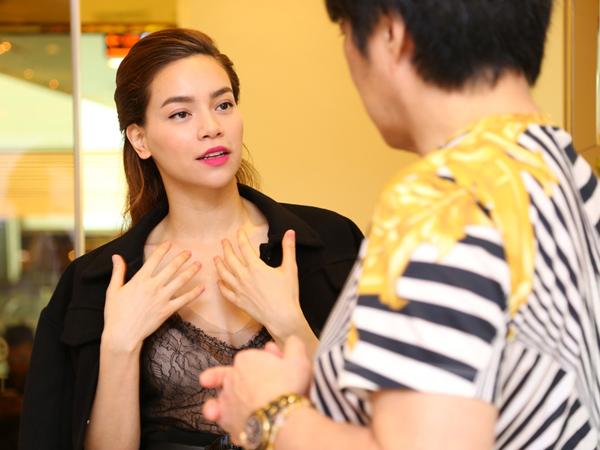 Tối qua, Hồ Ngọc Hà vừa biểu diễn ở Hà Nội xong, lập tức về TP HCM để chuẩn bị cho buổi lễ khai trương viện thẩm mỹ cao cấp mà cô là thành viên Hội đồng quản trị, diễn ra vào tối 2/12.