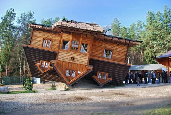 Những ngôi nhà lộn ngược thú vị khắp thế giới