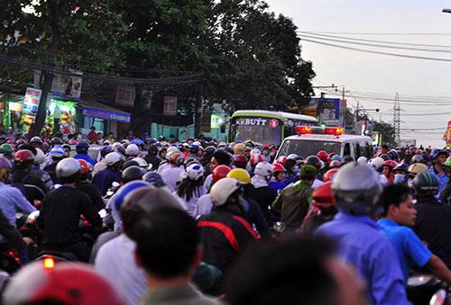 Hàng trăm người dân đang theo dõi cảnh sát bao vây kẻ cướp. Ảnh: Thái Hà