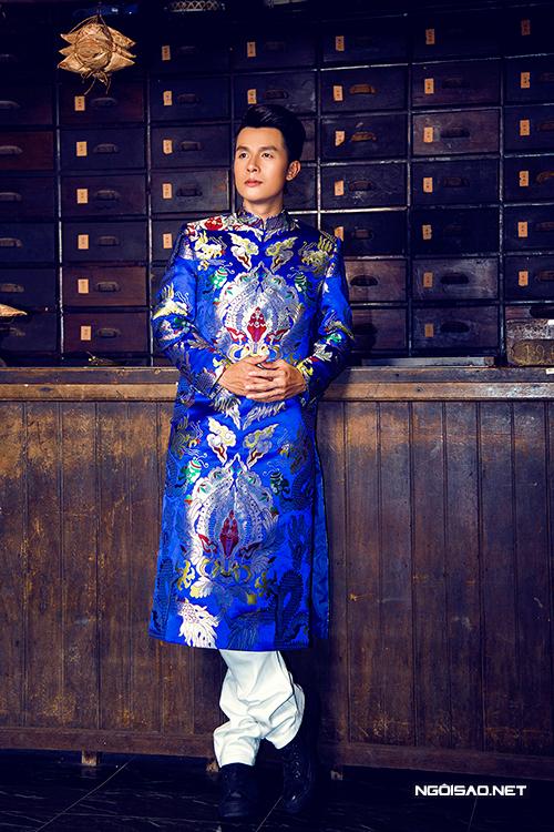 Chọn áo dài gấm cách tân cứng cáp cho chàng vui xuân