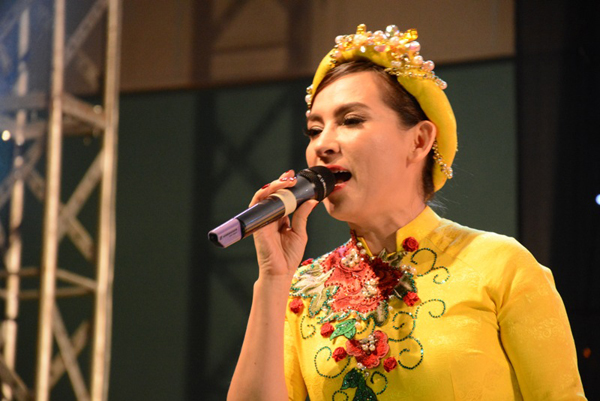 che-linh-duoc-khan-gia-vung-tau-vay-quanh-5