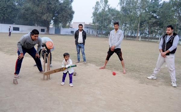 Raman chơi bóng chày với các bạn. Trông cậu chẳng khác gì một đứa trẻ. Ảnh: