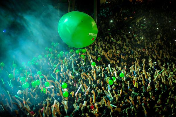 Phấn khích nhất chính là hàng ngàn quả bóng bay đã được thả xuống từ không trung, khiến khán giả có mặt tại sự kiện vỡ òa trong bất ngờ và ấn tượng. Bằng cách tung và chuyền bóng, đây cũng là cách để truyền năng lượng cho nhau qua những quả bóng, cùng nhau sẵn sàng bắt đầu một năm 2016 đầy hứa hẹn.