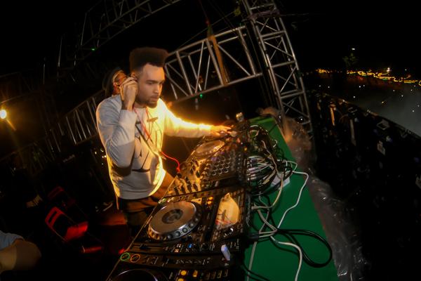 DJ quốc tế Agent Smith - Nhà sản xuất nhạc kiêm DJ nổi tiếng từng đảm nhiệm vai trò DJ/sản xuất cho Rihanna, Reggie Bush, Paris Hilton&đã bùng nổ khi trình diễn những giai điệu trap, trance và hip hop thời thường với sự hỗ trợ của dàn âm thanh, ánh sáng khủng.