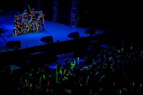 Ngoài ra, đêm nhạc với 5 phần được sắp xếp mô phỏng theo 5 cánh của ngôi sao trên chiếc đồng hồ năng lượng.  Các vũ công phát sáng với màn kết thúc đầy ấn tượng hình ngôi sao trên sân khấu đã thực sự khuấy động sân khấu. Chính năng lượng nóng bỏng và cuồng nhiệt này đã truyền nhiệt cho khán giả để họ cùng kết nối với những chiến hữu bên cạnh mình và chuyển động không ngừng.