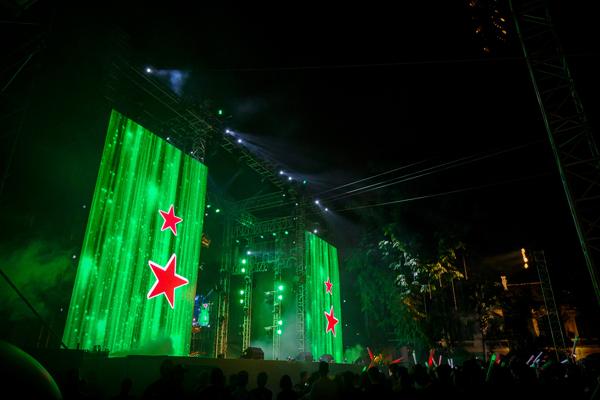Hệ thống sân khấu ngoài trời được đầu tư quy mô với thiết kế hai mặt, giúp các nghệ sĩ có thể tương tác hai chiều với khán giả xem chương trình.