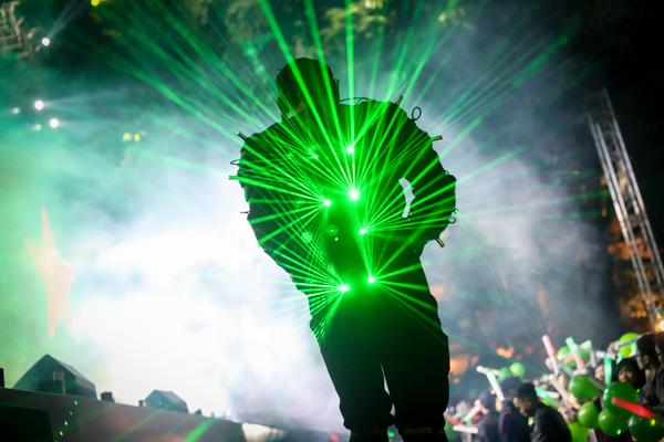 Những phần trình diễn đến từ các vũ công laser hay dàn trống lửa tưng bừng đã đốt nóng không khí đêm sự kiện đến đỉnh điểm.