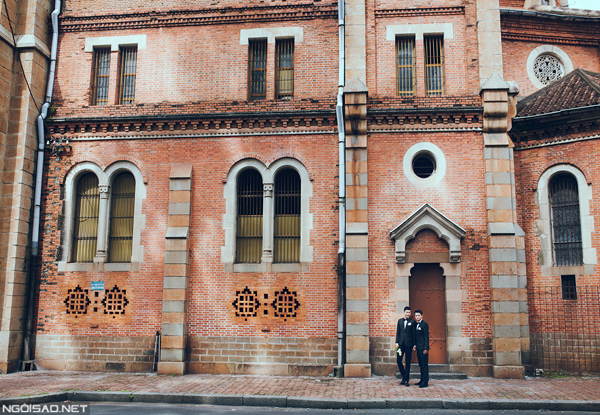 Khó khăn nhất trong những bộ ảnh của các cặp đôi đồng tính là việc cùng nhau xuất hiện giữa trung tâm Sài Gòn, hay những nơi công cộng để ghi lại những hình ảnh của mình trước mọi người. Đôi khi họ cũng ngại ngùng khi bắt gặp những ánh mắt dò xét của người xung quanh, nhưng cặp đôi cùng nhận được nhiều lời chúc mừng của người đi đường và khách du lịch nước ngoài.