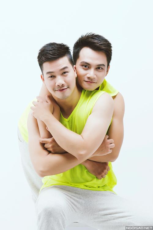 cap-doi-dong-tinh-chup-anh-ngot-ngao-vi-quyen-duoc-yeu-tiep-13