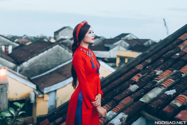 Bộ ảnh được thực hiện bởi ekip gồm trang điểm và làm tóc: Thịnh Nguyễn, photo: Joe Nguyen, trang phục: Áo dài Thịnh Nguyễn (Đà Nẵng).