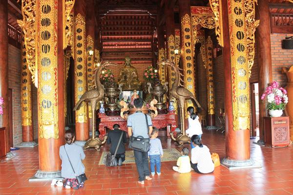 Tĩnh tọa nơi tòa sen uy nghi giữa chính điện là tượng Phật Thích Ca bằng đồng mạ vàng, cao 2 mét, nặng 3,5 tấn.
