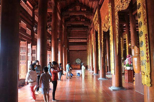 Khu chính điện có 44 cột, đều được đặt trang trọng trên những tấm tán bằng đá xám vân mây, chạm trổ hình hoa sen cách điệu.