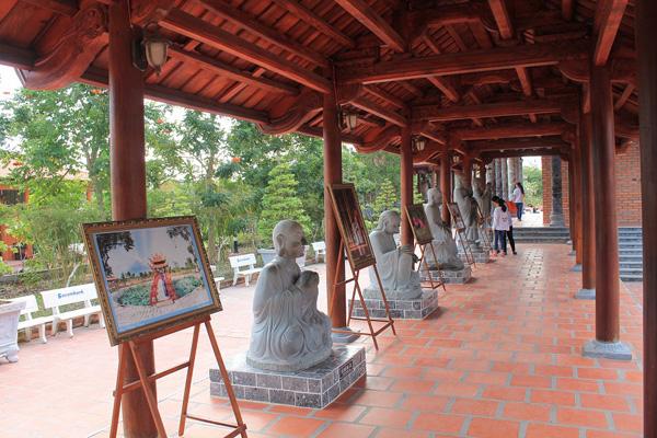 Phía sau chính điện có khu trưng bày các tác phẩm ảnh nghệ thuật đẹp về Thiền Viện.
