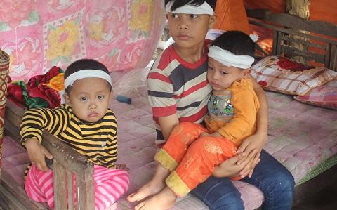 Từ ngày mẹ mất, 2 người con (bên trái và đang được bồng) luôn khóc uốn gọi mẹ