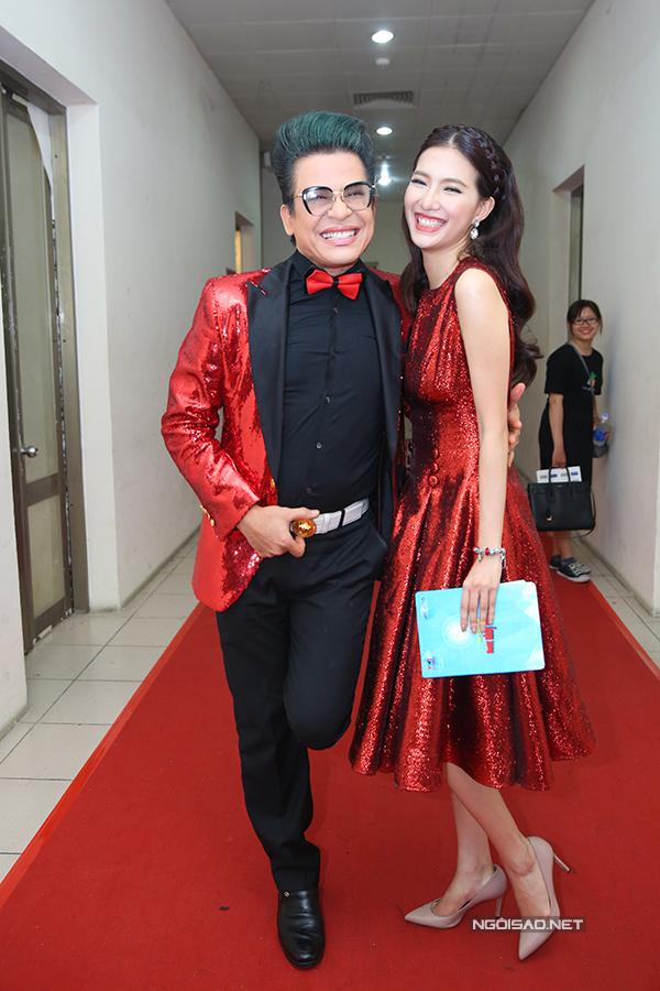 Cả hai mặc trang phục đỏ ton sur ton.