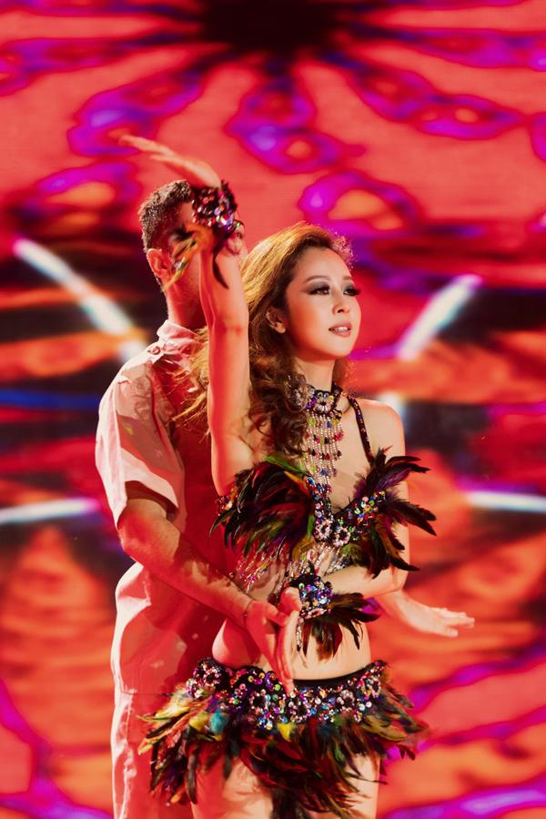 jennifer-pham-bi-chan-thuong-van-nhay-sexy-1