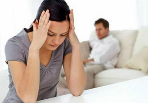 Nằm bên vợ con mà chồng tôi vẫn nhắn tin với bồ