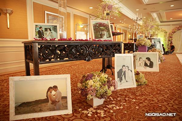 Ở sảnh đón khách, hoa cùng ảnh cưới của cặp đôi là những chi tiết thu hút, nổi bật. Khắp nơi đều ngập tràn hình ảnh của đôi uyên ương Trang Nhung - Hoàng Duy.