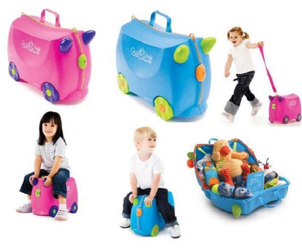 Nếu bạn muốn có một chuyến bay thoải mái, hãy chuẩn bị một vali kéo Trunki cho bé. Trẻ em thường rất thích có một túi hành lý riêng và chúng sẽ cảm thấy vô cùng thú vị khi được ngồi lên vali, tự đẩy hoặc được kéo tới cửa khởi hành. Với trẻ đủ 5 tuổi trở lên, bố mẹ có thể dùng điều khiển từ xa cho loại vali này. Ảnh: webphunu.