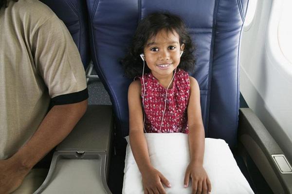 Hãy chọn chỗ ngồi gần cửa sổ khi đặt vé. Điều này tạo cho các bé có cơ hội được ngắm nhìn khung cảnh bên dưới lúc máy bay cất và hạ cánh. Một chỗ ngồi tốt sẽ giúp các bé cảm thấy thoải mái và cha mẹ cũng có thêm thời gian để nghỉ ngơi trên chuyến đi. Ảnh: SkyScanner.