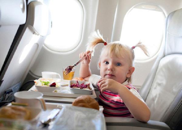 Cha mẹ nên nhắc trẻ không trèo qua ghế của các hành khách bên cạnh và nhớ thưởng hay khen ngợi khi trẻ làm đúng. Tuy nhiên nên tránh cho trẻ ăn đồ ngọt vì sẽ kích thích hoạt động của trẻ. Bạn cũng cần chuẩn bị lá bạc hà để giúp trẻ tránh bị đau tai lúc máy bay cất cánh và hạ cánh.