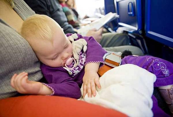 Cha mẹ nên mang theo vài bộ quần áo dự phòng khi lên máy bay. Trẻ em có thể vô tình làm bẩn quần áo của mình nên luôn cần đồ sẵn để thay. Một bộ đồ ngủ sẽ giúp trẻ cảm thấy dễ chịu hơn trên các chuyến bay đêm.