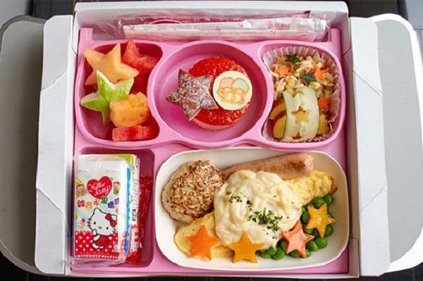 Với các gia đình có trẻ sơ sinh, hầu hết các hãng hàng không sẽ cho phép mang theo đồ ăn của bé. Nhưng các bà mẹ cũng nên chú ý bảo quản đồ ăn một cách cẩn thận.