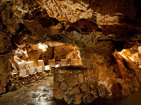 Khách sạn Grotta Giusti lưu giữ một hang động nghìn năm tuổi rất lớn.