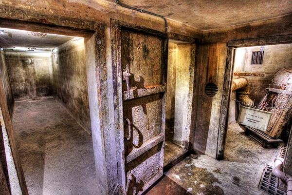 Trong khách sạn có một căn hầm trú ẩn bí mật.